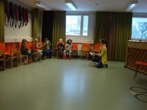 Mūzikas rotaļu skolas nodarbība A class in music play school