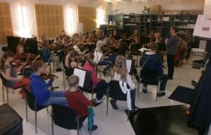 Kuldīgas Mūzikas skolas un Hivinkā institūta kamerorķestru kopmeiģinājums.  joint rehearsal of orchestras of kuldiga music school and Hyvinkaa  Music Institute.
